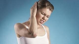 Eine Frau hält sich mit schmerzverzehrtem Gesicht ihr rechtes Ohr zu. (Foto: Getty Images, Thinkstock -)