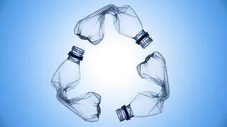 PET-Flaschen bilden eine Recycling Symbol (Foto: Getty Images, Thinkstock -)
