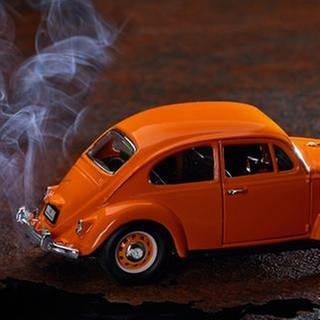 Modelauto mit Rauch (Foto: picture-alliance / dpa, picture-alliance / dpa -)