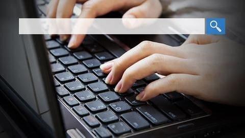Frau gibt Begriff auf der Tastatur in die Suchleiste ein. (Foto: Getty Images, Thinkstock - FeelPic)