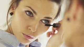 Eine Frau schminkt sich vor einem Spiegel. (Foto: Getty Images, Thinkstock -)