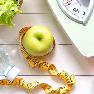 Gemüse und Obst liegen zusammen mit einer Waage und einem Maßband (Foto: Getty Images, Thinkstock -)