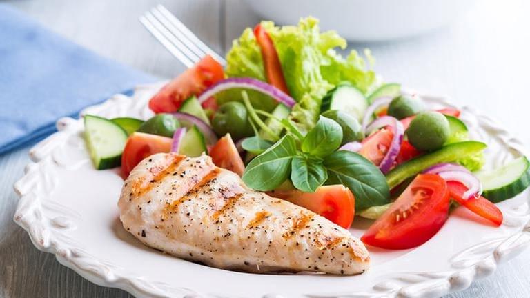 Ein Stück Fleisch mit Salat (Foto: Getty Images, Thinkstock -)