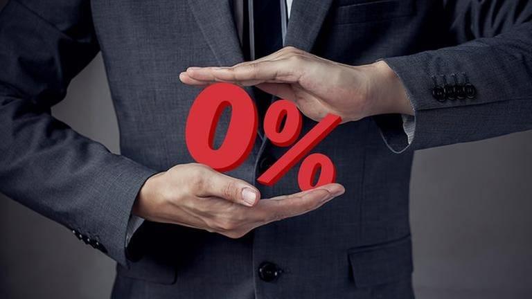 Ein Mann in einem Anzug hält  0% als 3D-Modell. (Foto: Getty Images, Thinkstock -)