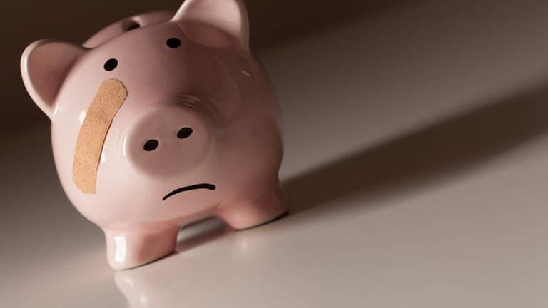 Ein Trauriges Sparschwein mit Pflaster. (Foto: Getty Images, Thinkstock -)