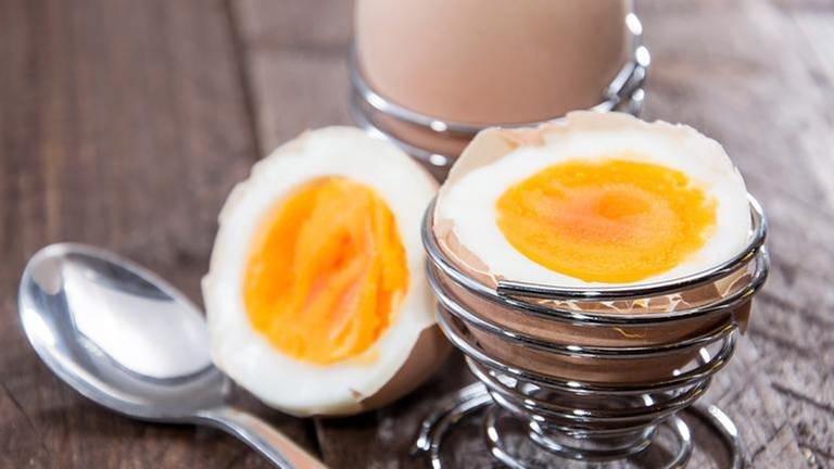 Ein gekochtes ein steht aufgeschlagen in einem Eierbecher (Foto: SWR, SWR -)