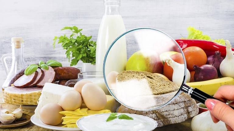 Lebensmittel werden mit einer Lupe untersucht (Foto: Getty Images, Thinkstock - Montage: SWR)