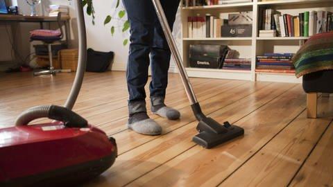 Mensch saugt in der Wohnung Staub (Foto: picture-alliance / Reportdienste, picture alliance / dpa Themendienst)